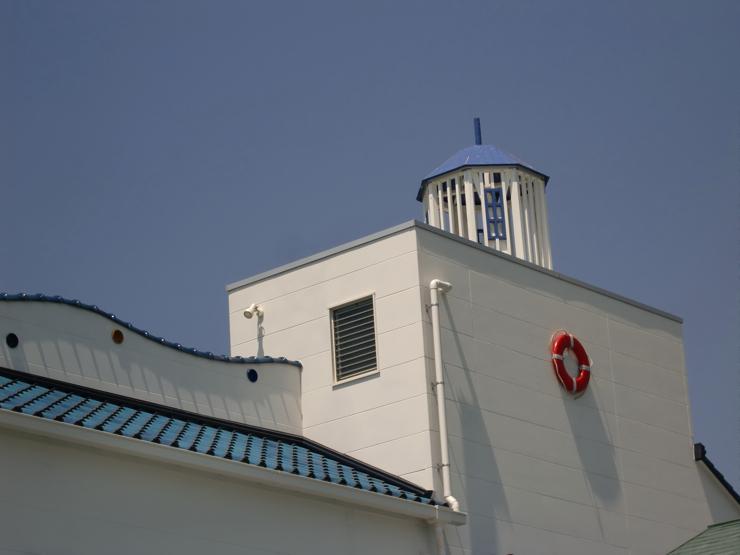 屋上には灯台や救命浮環
